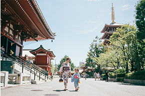 Woman and Child in Kimono Dresses captured by Vacation Photographers Tokyo - PicVoyage